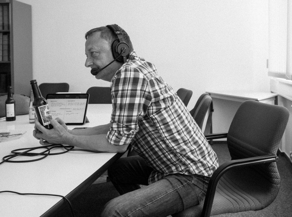 Kurt vom Bildstörung Podcast während der Podcastaufnahme im Museum in Harburg.