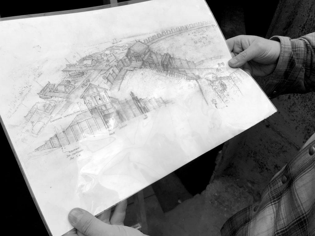Der Grabungsleiter mit der Illustration einer möglichen Torkonstruktion der Neuen Burg in den Händen.