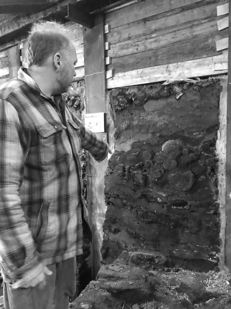 Kay Suchowa erklärt das Profil der Innenseite des Walls