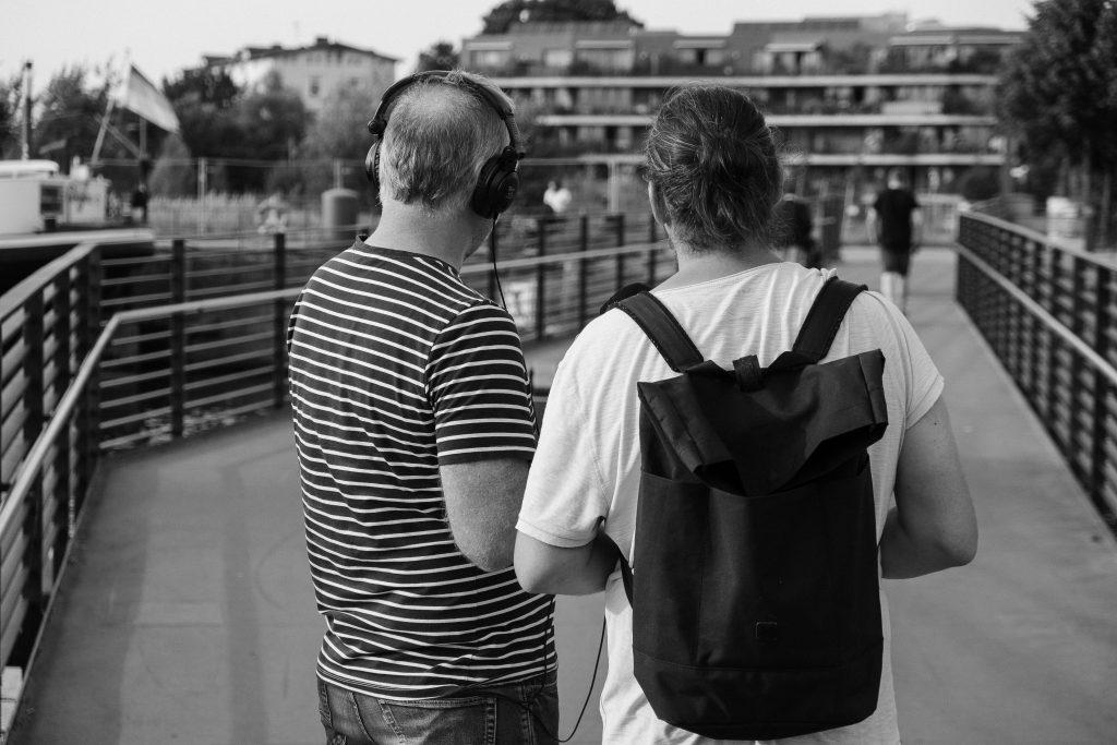 Paul und Christoph von hinten su sehen - schauen auf die Brücke im Binnenhafen